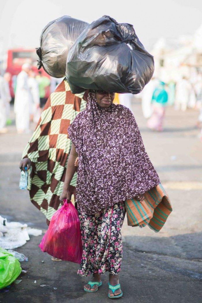 Нигерийские паломники с товарами, которые они собираются продать другим паломникам