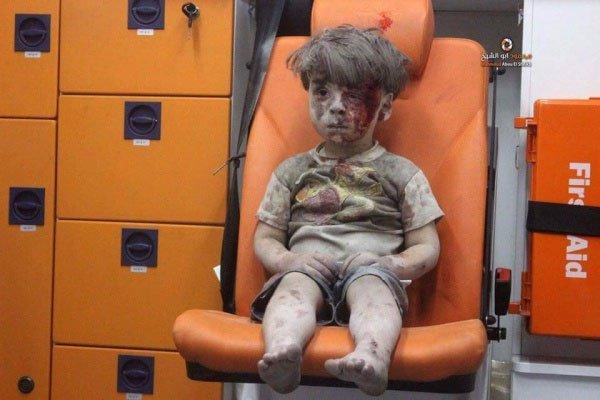 Американский мальчик хочет взять сирийского малыша в свою семью.