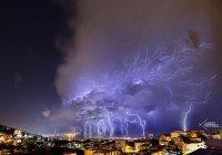 Потрясающая молния в небе над Бейрутом