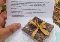 Мусульманка решила бесплатно поделиться пирожными с окружающими. И вот что произошло...