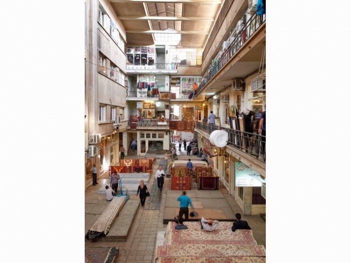 Гранд Базар в Тегеране. Послеобеденное время. Продавцы ковров убирают свой товар и закрывают лавки. Поупатели проходят мимо них, сидящих на своих коврах, пьющих чай со сладостями
