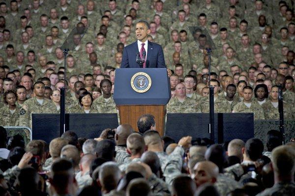 Барак Обама выступает перед военнослужащими.