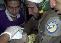 Сирийский спасатель расплакался, вытащив из-под завалов младенца (Видео)
