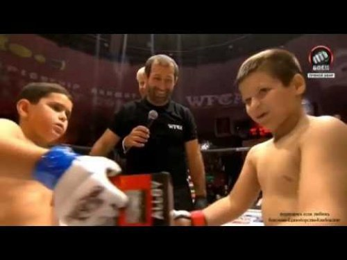 Адам Кадыров на ринге (справа).