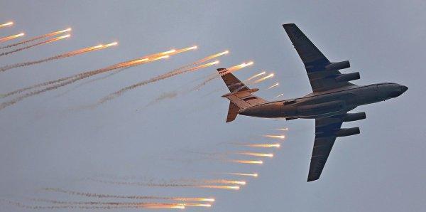 Самолет ИЛ-76. Отстрел тепловых ловушек