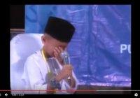 Юный хафиз, читая Коран, не смог сдержать слез