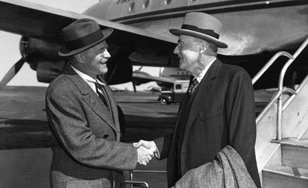 Госсекретарь США Джон Фостер Даллес (справа) приветствует своего брата директора ЦРУ Аллена Даллеса в аэропорту Нью-Йорка.