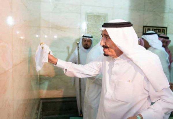 Король Аль-Сауд на предыдущей церемонии омовения Каабы.
