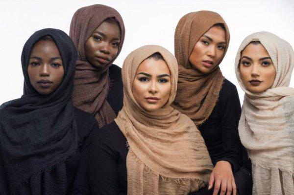 Коллекция хиджабов.