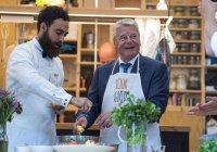 Сирийский беженец научил президента Германии готовить арабское блюдо