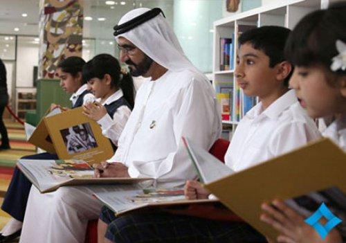 Мухаммед Бен Рашид Аль Мактум читает со школьниками.