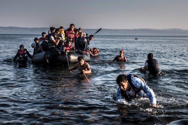 Беженцы у берегов Италии.
