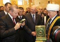 Лукашенко поцеловал Коран (ФОТО)