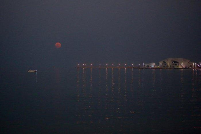 Так выглядело самое яркое суперлуние в Катаре за последние 70 лет