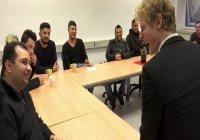 В Германии беженцев начали учить общению с противоположным полом