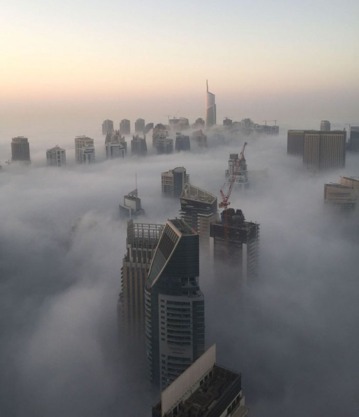 Зимние ветры принесли в Дубай потрясающе красивый туман