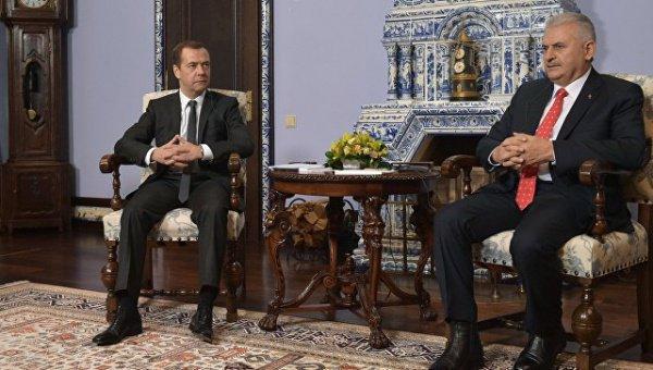 Медведев вчетверг побеседует потелефону спремьером Турции