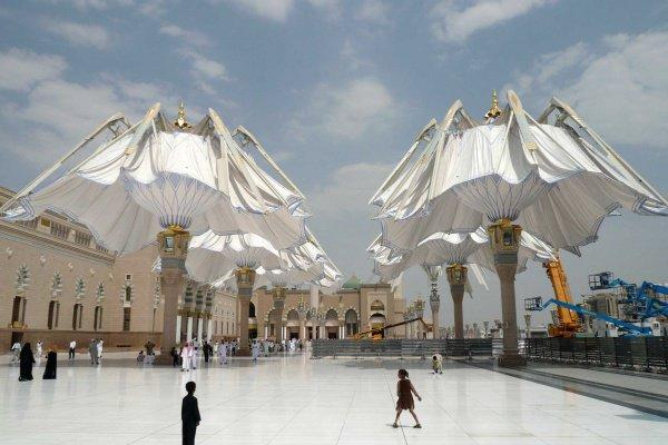 Мечеть Пророка осталась без зонтов.