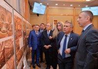 Рустам Минниханов выбирает проект гостиничного комплекса в Болгаре