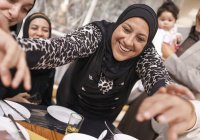 Должна ли мусульманка приветствовать гостей мужа?