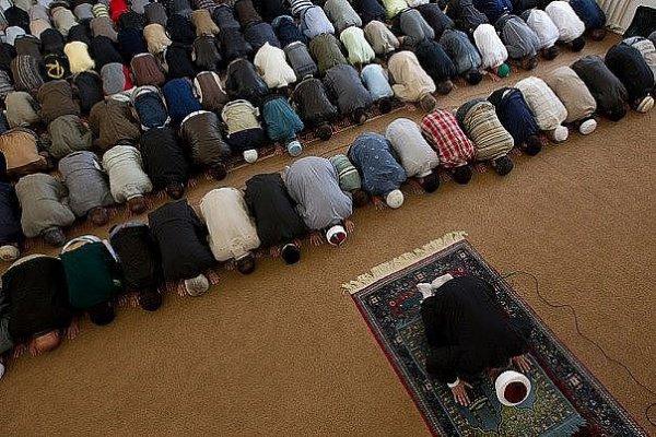 В Омске мусульманин лишился крупной суммы прямо во время намаза.