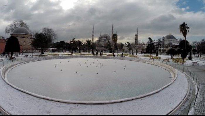 Небывалые снегопады покрыли Стамбул почти полуметром снега