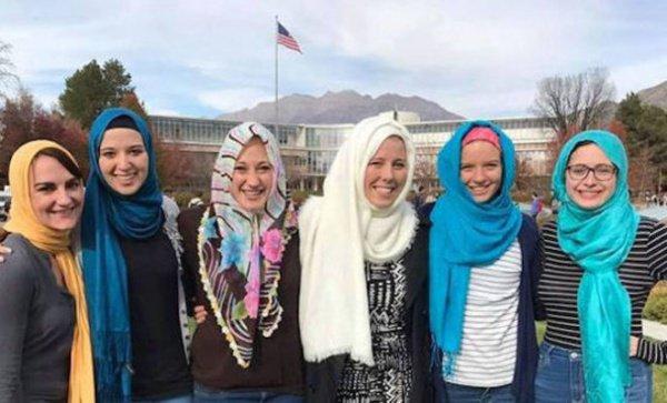 Студентки мормонского университета в хиджабах.