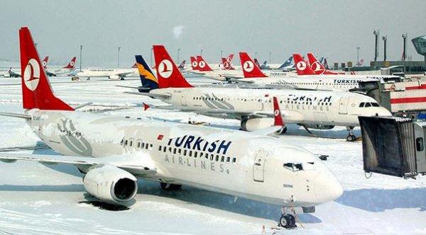 Снегопад парализовал работы стамбульского аэропорта.