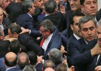 Депутаты турецкого парламента учинили массовую драку (Видео)