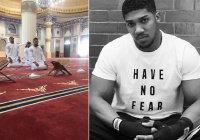 Всемирно известный боксер впервые в жизни читает намаз