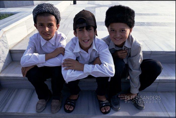 Дети на ступенях мечети Этургул Гази