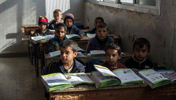 Почти половина детей сирийских беженцев не получает образования.