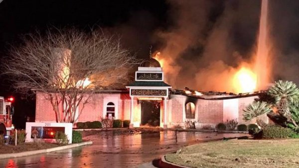 Здание мечети, охваченное огнем.