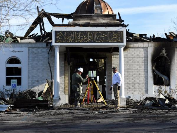 Поврежденное пожаром здание мечети.
