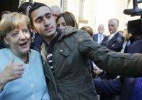 Сирийский беженец, сделавший селфи с Меркель, судится с Facebook