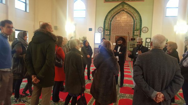 Тысячи немусульман заполнили мечети Британии