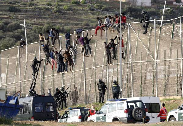 Забор на границе Марокко и Сеуты.