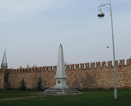 Обелиск и бюст Ленина, установленные в Елабуге в 1925 году.