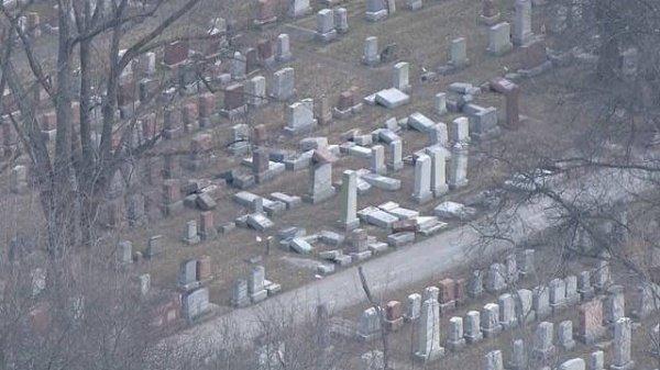 Оскверненное вандалами иудейское кладбище.