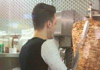 Фото Месута Озила, готовящего шаурму в лондонском кафе, наделало шума в соцсетях