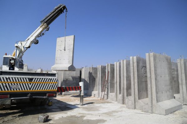 Элементы, из которых строится стена, мобильны.