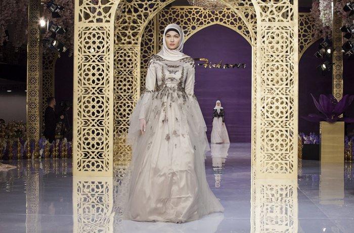 Дочь Рамзана Кадырова представила свою первую коллекцию мусульманских вечерних нарядов