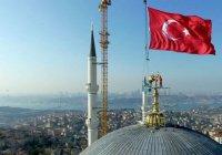 На крупнейшей в мире мечети установили гигантский полумесяц