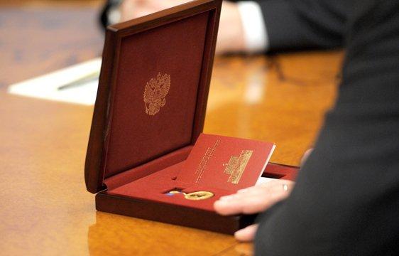 Медведев наградил Р.Минниханова медалью Столыпина II степени.