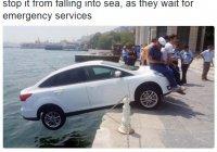 Так жители Стамбула спасли машину и ее водителя от падения в море
