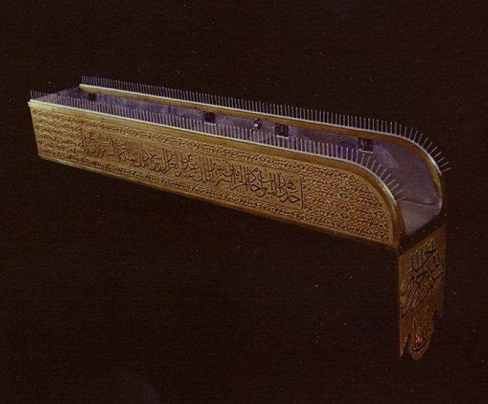 Почему золотой желоб на крыше Каабы покрыт острыми шипами?