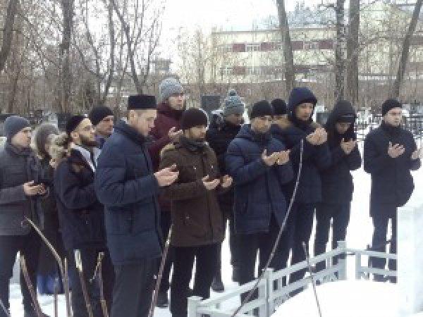 Студенты на могиле известных татарских богословов.