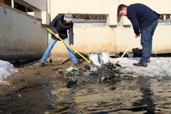 За час им удалось собрать 10 мешков мусора.