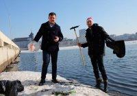 Казанцы присоединились к лебедю в уборке озера Кабан