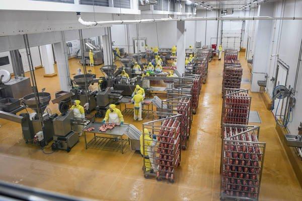 Предприятие перерабатывает 144 тонны куриного мяса в сутки.
